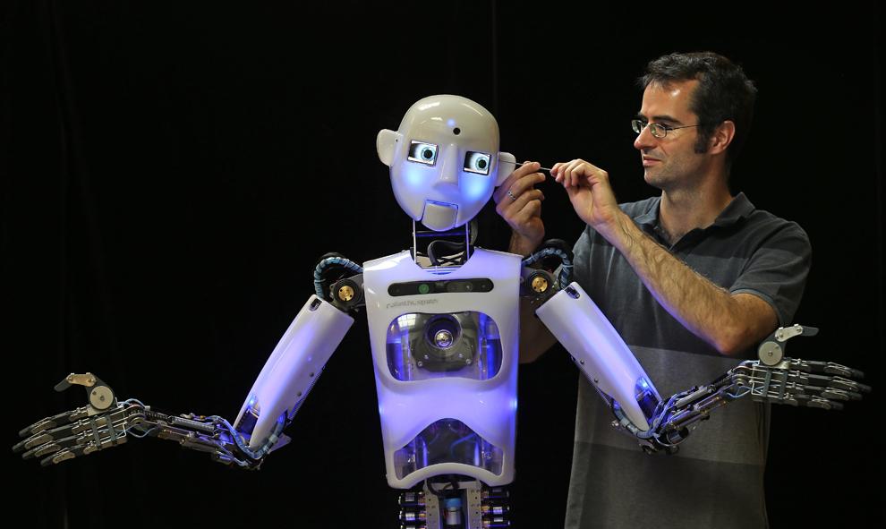 Inginerul de design şi producţie al firmei Engineered Arts, Marvus Hold, lucrează la modelul aproape complet al robotului Robo Thespian, în Penryn, Anglia, marţi, 30 iulie 2013. Compania este singurul producător mondial de roboţi umanoizi în mărime naturală.