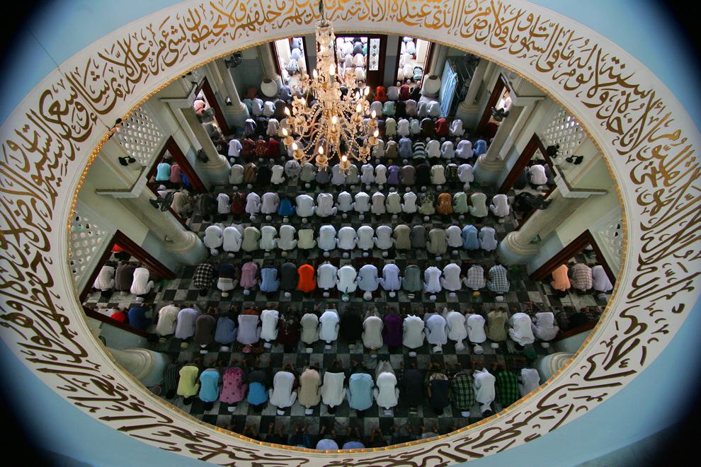 Musulmani thai se roagă în Moscheea Centrală Pattani, în timpul Ramadanului, în Pattani, Thailanda, vineri, 26 iulie 2013.