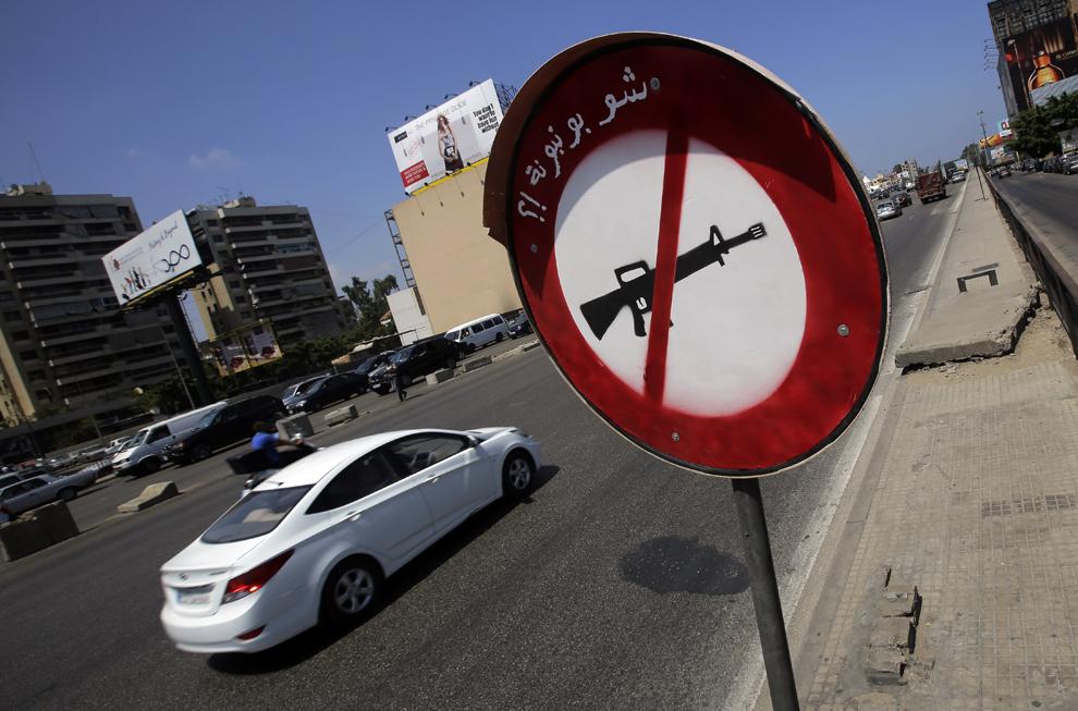 Un semn care interzice folosirea armelor, pe care este scris în arabă 'nu este o acadea', poate fi văzut la marginea unui drum din nordul Beirutului, Liban, sâmbătă, 27 iulie 2013.