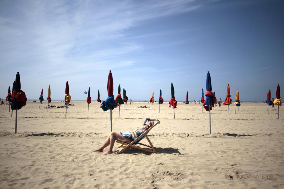 O femeie face plajă pe o plajă din nord-vestul oraşului Deauville, Franţa, vineri, 5 iulie 2013.