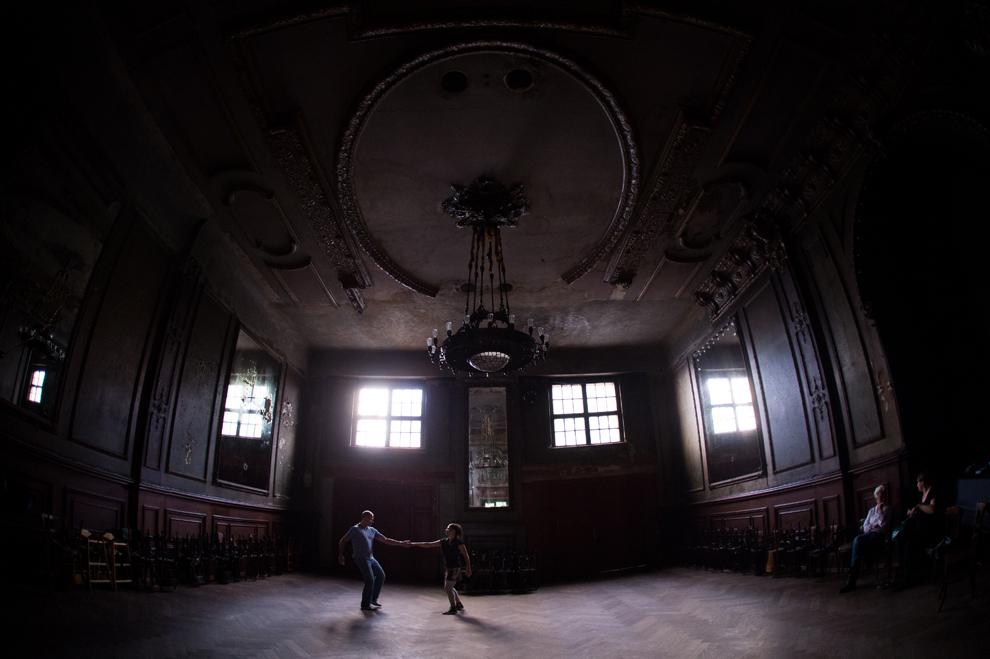 Un bărbat şi o femeie dansează în timpul unei lecţii, în sala oglinzilor (Spiegelsaal) din interiorul Claerchens Ballhaus, în Berlin, miercuri, 10 iulie 2013.