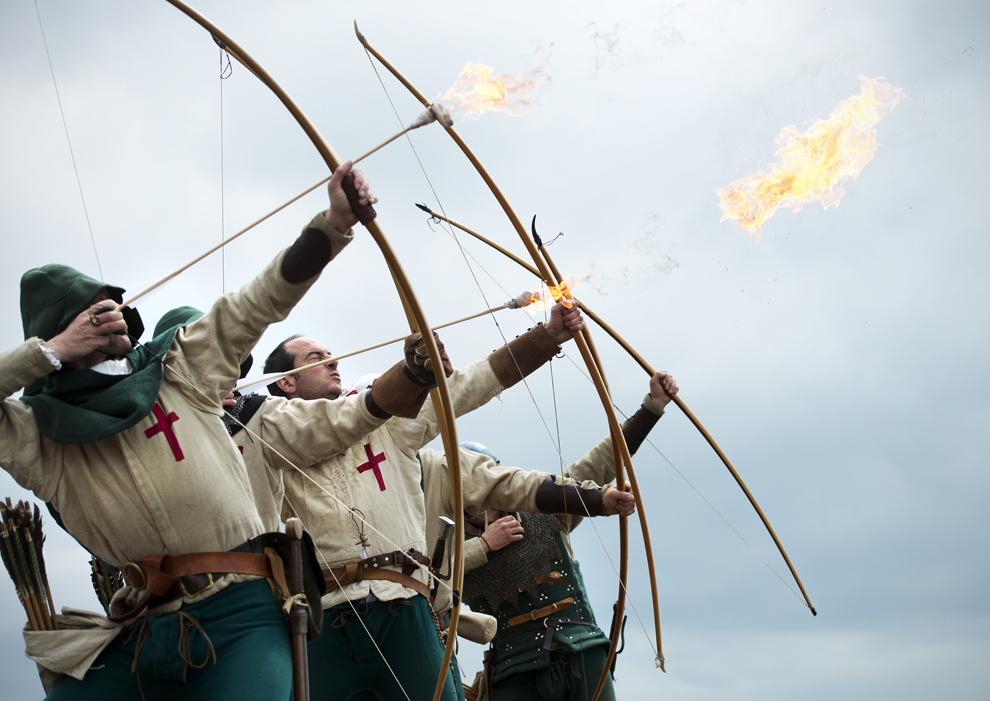 Arcaşii din Purbrook se pregătesc să tragă cu arcul de pe castelul Southsea în strâmtoarea The Solent, spre locul în care, în 1545, s-a scufundat nava de război britanică din epoca Tudorilor, Mary Rose, în Portsmouth, în sudul Angliei, joi, 30 mai 2013.