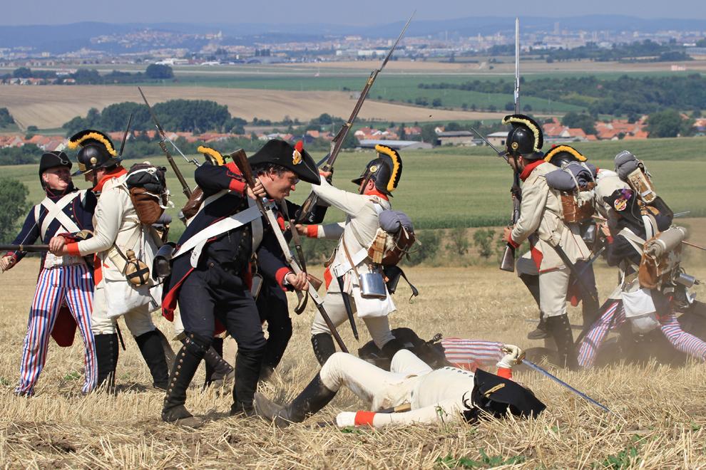 Pasionaţi de istorie îmbrăcaţi în uniforme militare din timpul războaielor napoleoniene participă la reconstituirea unei bătălii, cu ocazia aniversării a 244 de ani de la naşterea împăratului Napoleon Bonaparte, în Prace, lângă Brno, în Cehia, duminică, 18 august 2013.