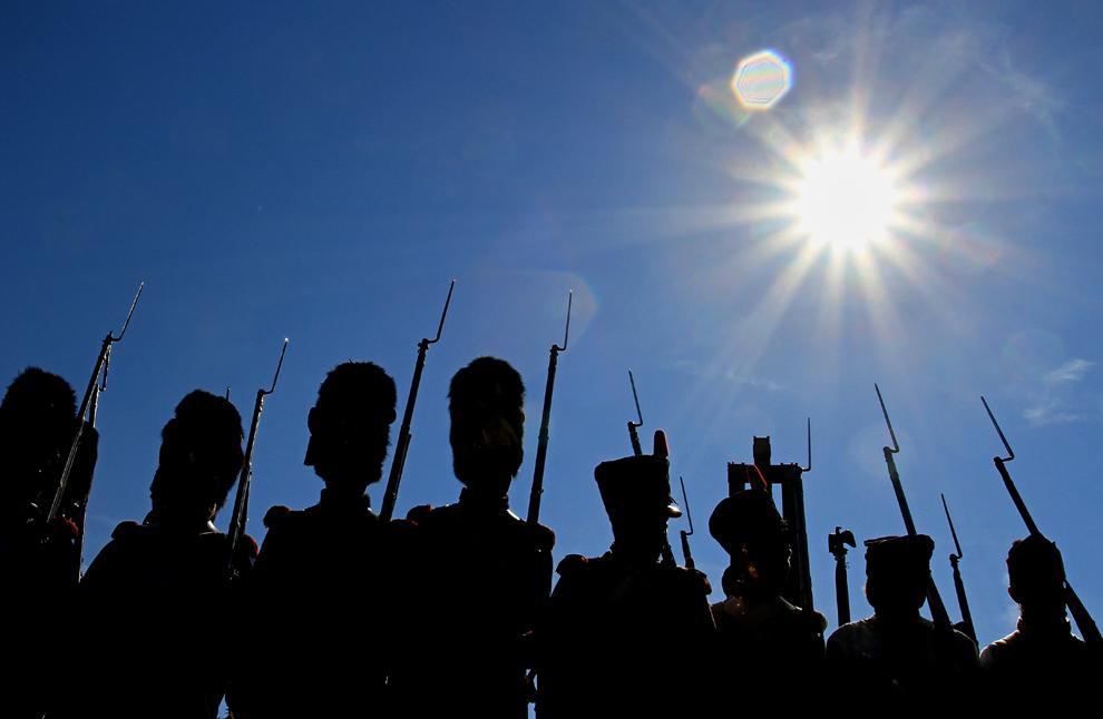 Pasionaţi de istorie îmbrăcaţi în uniforme militare din timpul războaielor napoleoniene stau aliniaţi în apropierea monumentului Păcii, cu ocazia aniversării a 244 de ani de la naşterea împăratului Napoleon Bonaparte, în Prace, lângă Brno, în Cehia, duminică, 18 august 2013.