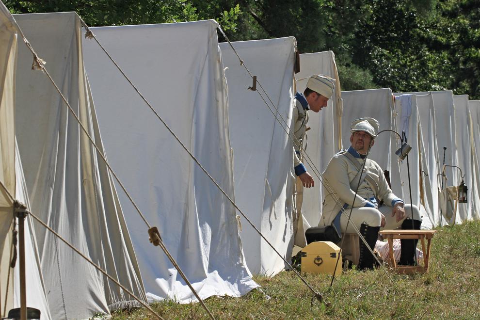Pasionaţi de istorie îmbrăcaţi în uniforme militare din timpul războaielor napoleoniene se odihnesc într-o tabără militară, în timpul Zilelor Napoleoniene, cu ocazia aniversării a 244 de ani de la naşterea împaratului Napoleon Bonaparte, în Prace, lângă Brno, în Cehia, duminică, 18 august 2013.