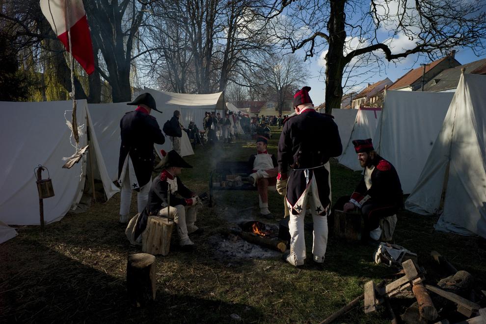Pasionaţi de istorie îmbrăcaţi în uniforme militare din timpul războaielor napoleoniene se odihnesc înaintea reconstituirii Bătăliei de la Austerlitz din 1805, în apropiere de Slavkov, în sudul Moraviei, sâmbătă, 1 decembrie 2012.