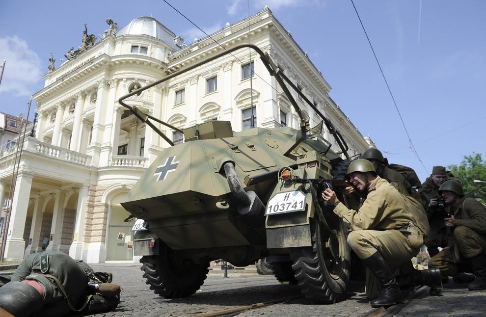Pasionaţi de istorie îmbrăcaţi în uniforme militare sovietice şi germane reconstituie eliberarea Bratislavei, în timpul comemorării a 68 de ani de la sfârşitul celui de-al Doilea Război Mondial, în Bratislava, miercuri, 8 mai 2013.