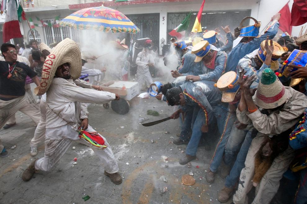 Mai multe persoane participă la reconstituirea ultimei bătălii pentru independenţa Mexicului, care a avut loc în Tonatico, la data de 27 septembrie 1821, la 160 de km sud-vest de Mexico City, în Tonatico, joi, 27 septembrie 2012.