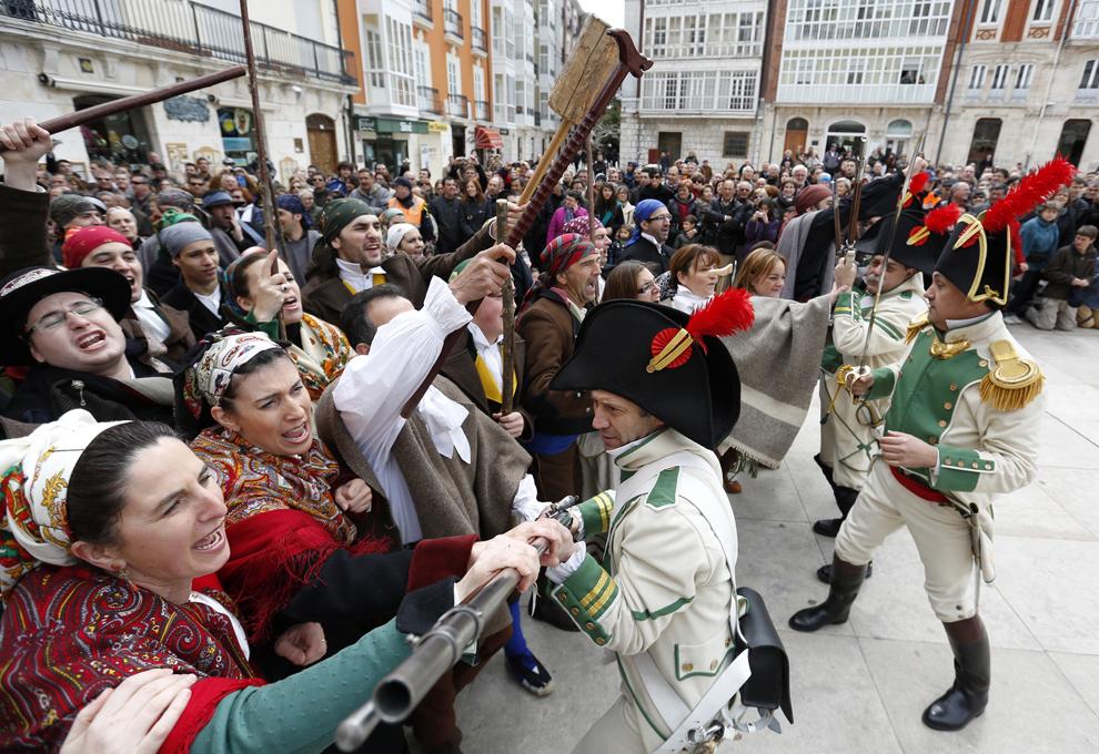 Mai multe persoane participă la reconstituirea primei revolte a spaniolilor împotriva trupelor de ocupaţie franceze din timpul lui Napoleon Bonaparte, în Burgos, duminică, 15 aprilie 2012. Burgos a fost primul oraş care s-a revoltat împotriva ocupaţiei franceze, urmat apoi de Madrid, la 2 mai 1808.