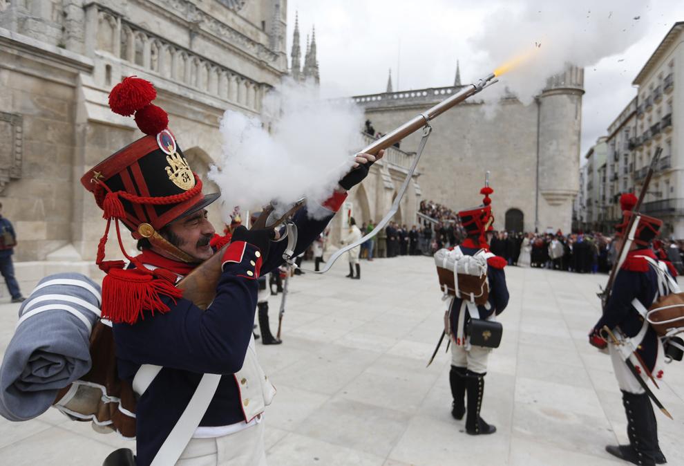 Bărbaţi îmbrăcaţi în uniforme militare franceze din timpul împăratului Napoleon Bonaparte participă la reconstituirea primei revolte a spaniolilor împotriva trupelor de ocupaţie franceze, în Burgos, duminică, 15 aprilie 2012. Burgos a fost primul oraş care s-a revoltat împotriva ocupaţiei franceze, urmat apoi de Madrid, la 2 mai 1808.