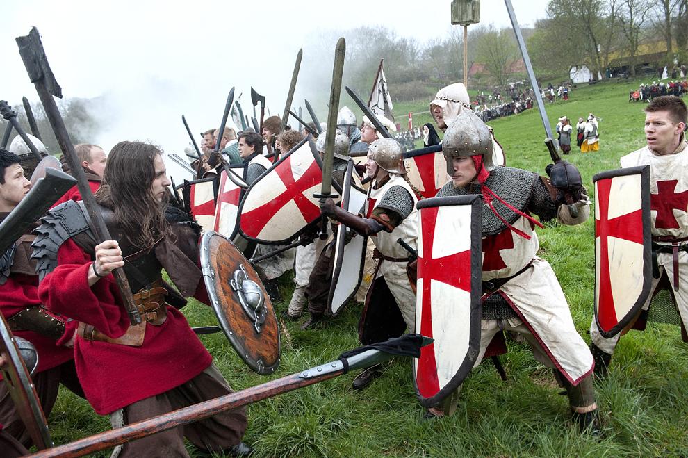 Bărbaţi îmbrăcaţi în armuri reconstituie o luptă purtată între cavaleri creştini şi vikingi islandezi păgâni, în Lejre, Pământul Legendelor, aflat la sud de Copenhaga, sâmbătă, 28 aprilie 2012.