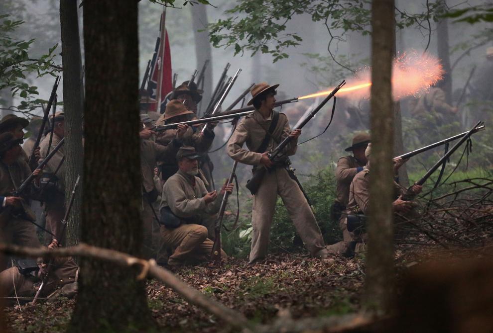 Participanţi la reconstituirea bătăliei de la Gettysburg din timpul Războiului Civil American, îmbrăcaţi în uniforme confederate, aparţinând brigăzii texane a generalului Hood, lansează un atac matinal asupra trupelor unioniste, în Gettysburg, Pennsylvania, Statele Unite, sâmbătă, 29 iunie 2013.