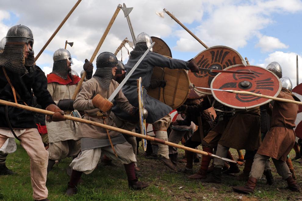 Membri ai unor cluburi militare medievale participă la reconstituirea unei lupte, în timpul festivalului Vikingilor, în Sankt Petersburg, vineri, 18 mai 2012.