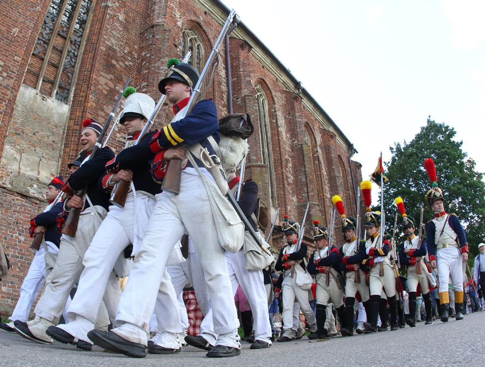 Bărbaţi îmbrăcaţi în uniforme militare din epoca războaielor napoleoniene participă la o reconstituire istorică a atacului armatelor conduse de Napoleon Bonaparte, la 24 iunie 1812, asupra Rusiei ţariste, în Kaunas, Lituania, sâmbătă, 23 iunie 2012.
