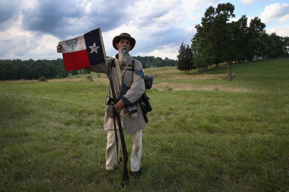 Randy Whitaker, participant la reconstituirea bătăliei de la Gettysburg din timpul Războiului Civil American şi membru al brigăzii texane a generalului Hood, pozează cu steagul Texasului, în Gettysburg, Pennsylvania, Statele Unite, sâmbătă, 29 iunie 2013.
