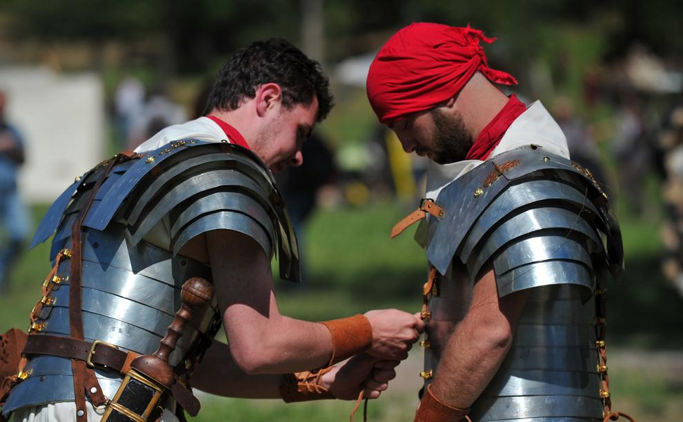 Actori îmbrăcaţi în armuri din perioada Romei antice se pregătesc înaintea unui spectacol organizat pentru a marca bătălia dintre Marcus Aurelius şi Ballomar, la Vila Pamphili din Roma, duminică, 19 mai 2013.