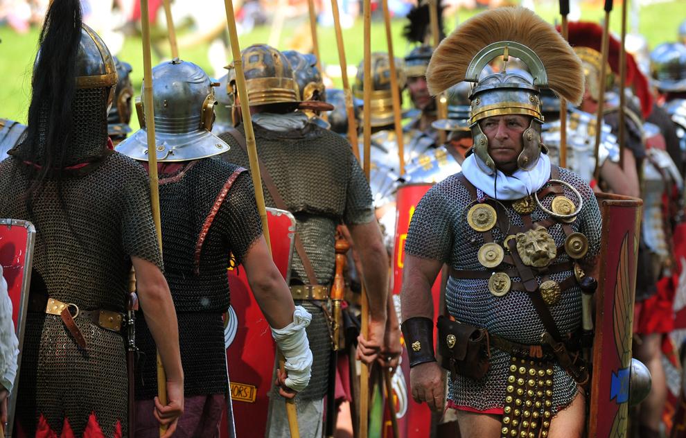 Actori îmbrăcaţi în armuri din perioada Romei antice defiliează în timpul unui spectacol organizat pentru a marca bătălia dintre Marcus Aurelius şi Ballomar, la Vila Pamphili din Roma, duminică, 19 mai 2013.