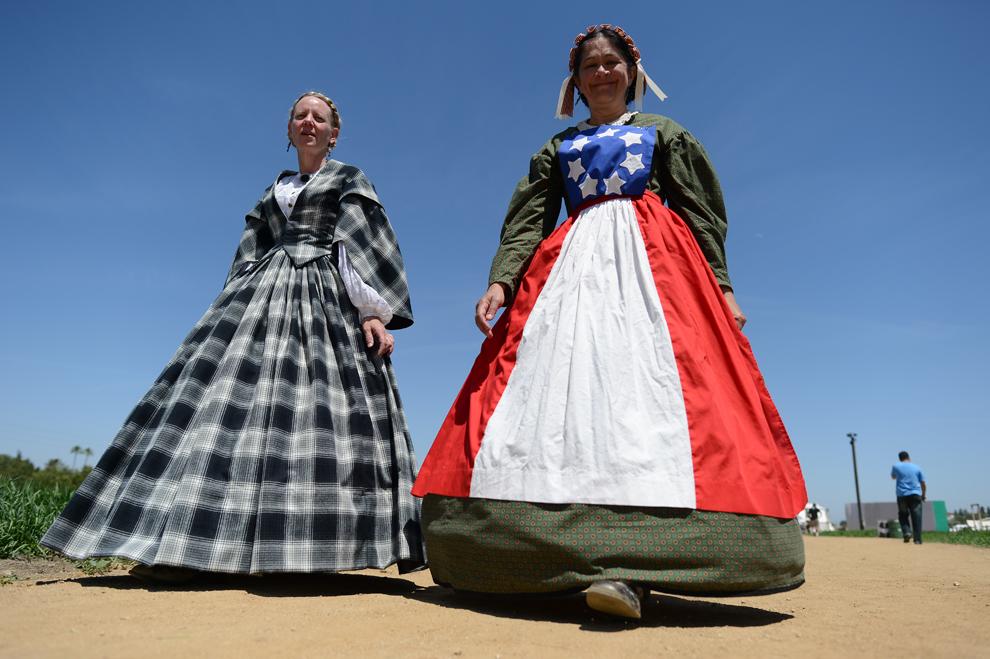 Două femei sosesc la evenimentul de prezentare a îmbrăcăminţii din perioada Războiului Civil American, în timpul Zilelor Patrimoniului şi ale Reconstituirii Războiului Civil, în Woodland Hills, California, sâmbătă, 28 aprilie 2012.