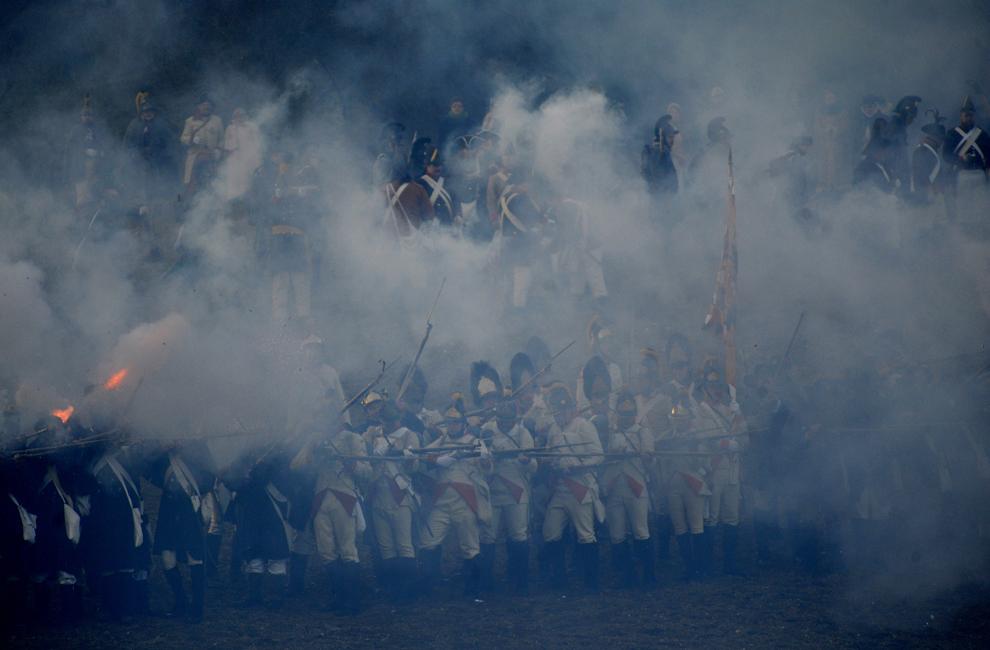 Pasionaţi de istorie îmbrăcaţi în uniforme militare din timpul războaielor napoleoniene participă la reconstituirea Bătăliei de la Austerlitz din 1805, în apropiere de Slavkov, în sudul Moraviei, sâmbătă, 1 decembrie 2012.