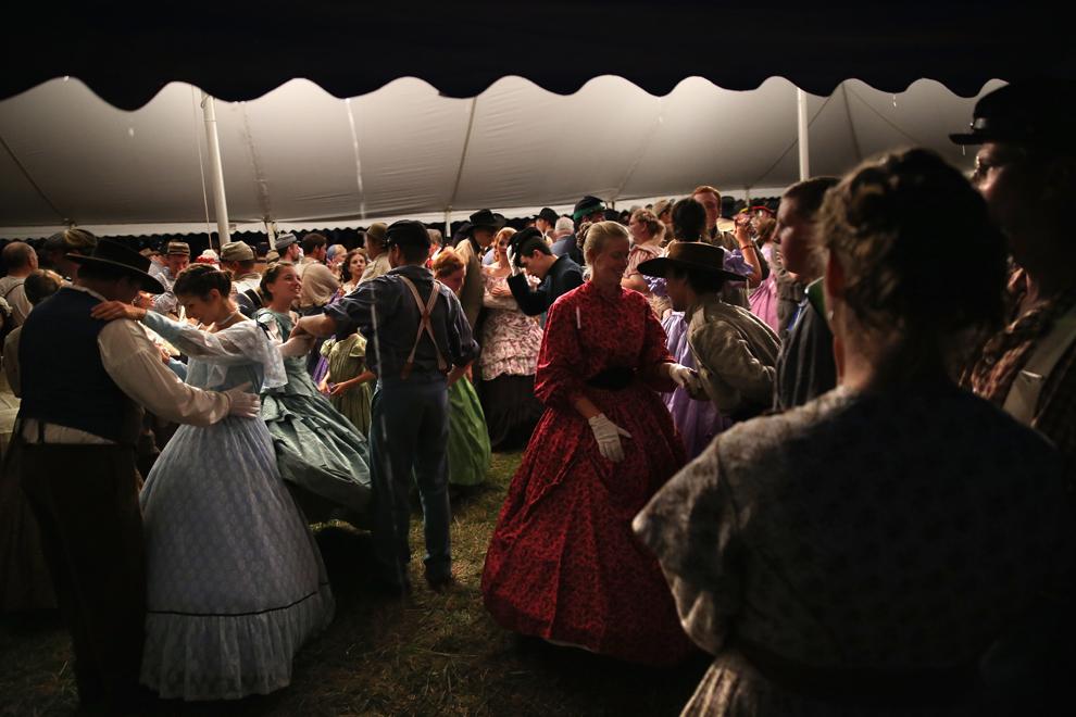 Participanţi la reconstituirea bătăliei de la Gettysburg din timpul Războiului Civil American dansează în timpul unui bal, la sfârşitul uneia dintre cele trei zile dedicate evenimentului, în Gettysburg, Pennsylvania, Statele Unite, sâmbătă, 29 iunie 2013.