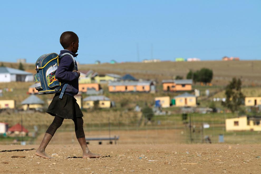 Un copil merge către şcoală în Qunu, un sat de lângă Mthatha, Capul de Est, Africa de Sud, acolo unde a crescut Nelson Mandela.