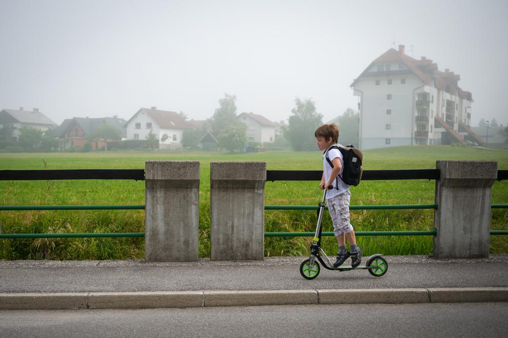 Ozbej Kavcic merge catre şcoală, în oraşul Ziri din Sloveni, miercuri, 19 iunie 2013.