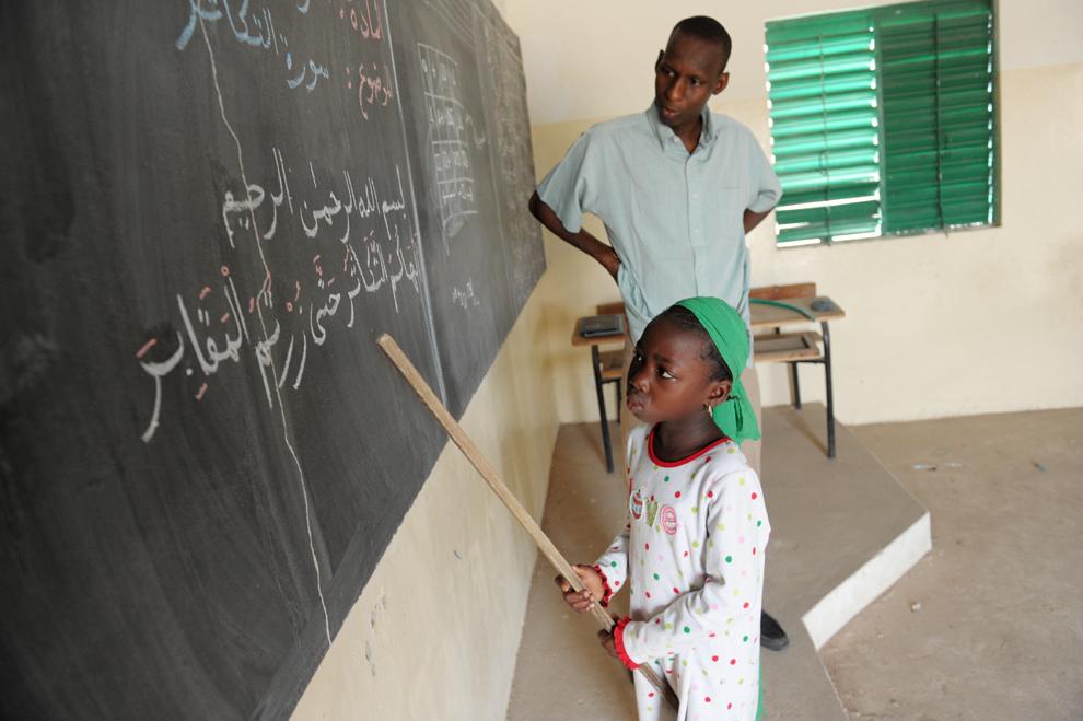 Ndeye Fatou Ndiaye, 7 ani, participă la lecţii în sala ei de curs, în şcoală Franco-Arabă din Diagnel, centrul Senegalului, luni, 10 iunie 2013.