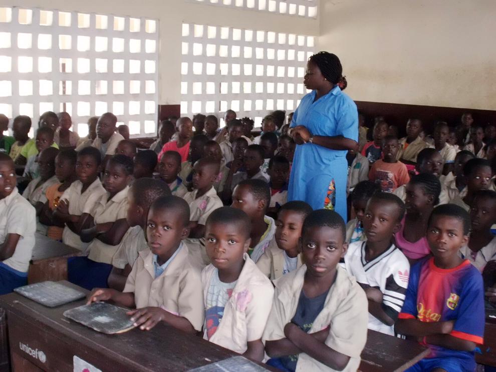 Profesoara congoleză Gloire Louzolo vorbeşte cu elevi într-o clasă din şcoala Itsali, Brazzaville, RD Congo, vineri, 14 iunie 2013.