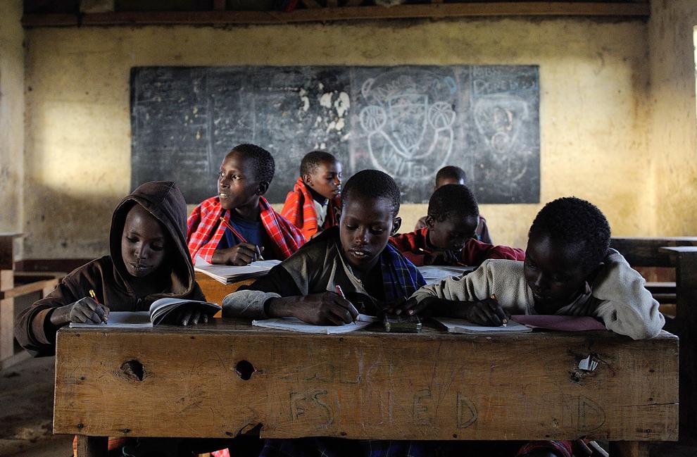 Kelvin Leadismo (al II-lea de la S), 12 ani, şi colegii lui din şcoala primară Loltulelei, participă la cursuri, in oraşul Kisima din Kenya, marţi, 16 iulie 2013.