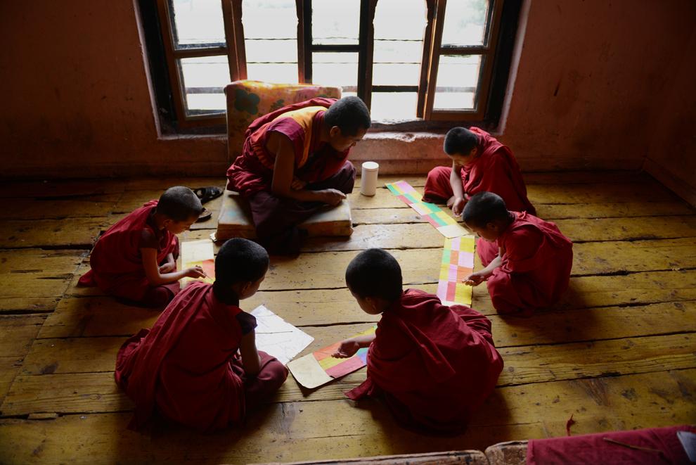 Călugărul discipol în vârstă de 6 ani, Tandi Dorji (C), repetă pasaje din scripturi alături de colegi de-ai săi, în faţa unui profesor, în mânăstirea budistă Thimpu, Bhutan, marţi, 4 iunie 2013.