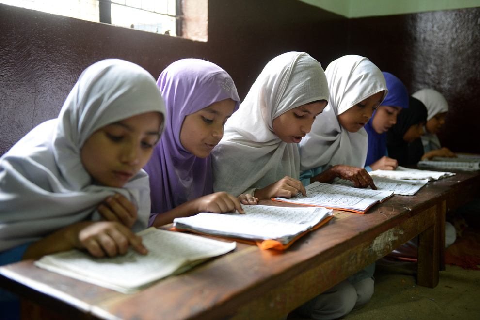 Fetiţe musulmane recită din Coran în sala lor de clasă, în timpul lunii Ramadanului, în Hyderabad, India, miercuri, 17 iulie 2013.
