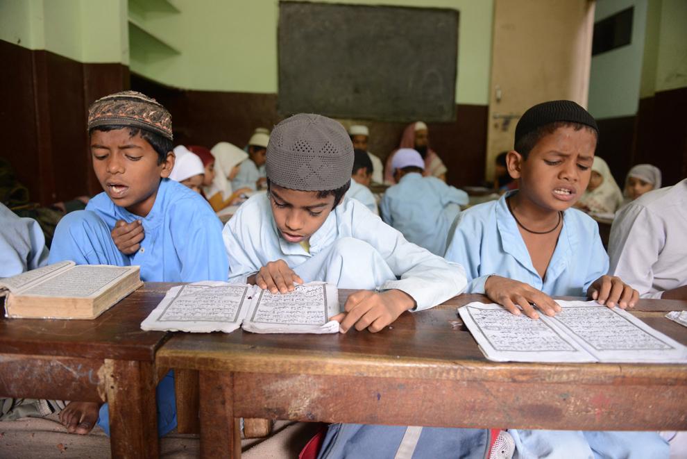 Elevi musulmani recită din Coran în sala lor de clasă, în timpul lunii sfinte a Ramadanului, în şcoala Madrasatur-Rashaad, în Hyderabad, India, miercuri, 17 iulie 2013.
