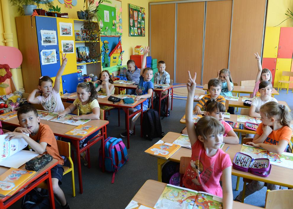 Copii sunt pozaţi în timpul unei lecţii în şcoala primară din Jozefow, Polonia, vineri, 14 iunie 2013.