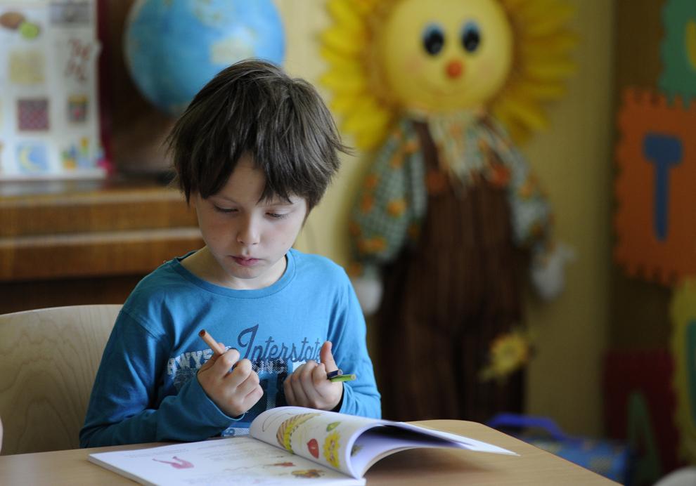 Un copil stă într-o sală de clasă dintr-o şcoală din Bratislava, Slovacia, luni, 10 iunie 2013.