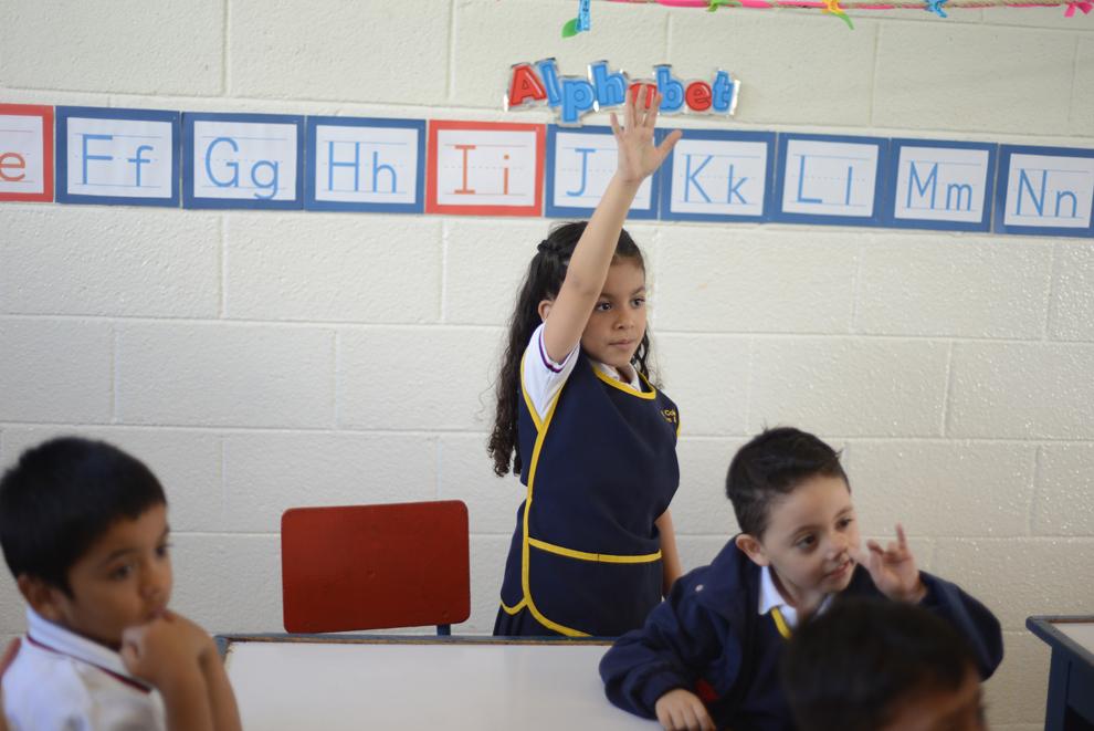 Valentina Rodas, 6 ani, ridică mâna în timpul orei de curs, în şcoala ei din Guatemala City, Guatemala, luni, 8 iulie 2013.