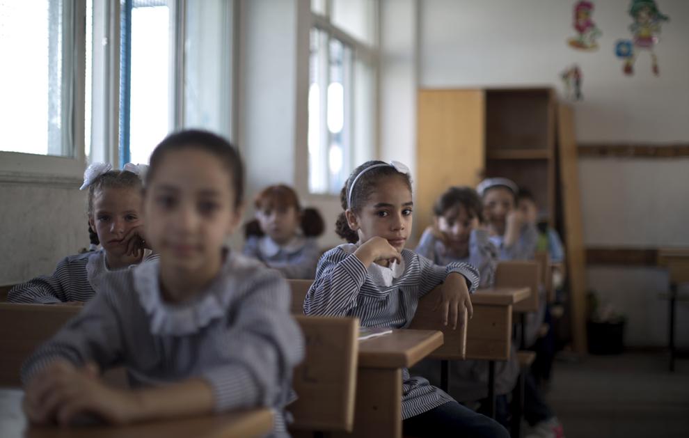 Copii palestinieni stau în clasa lor din şcoala UNRWA, oraşul Gaza, duminică, 25 august 2013.