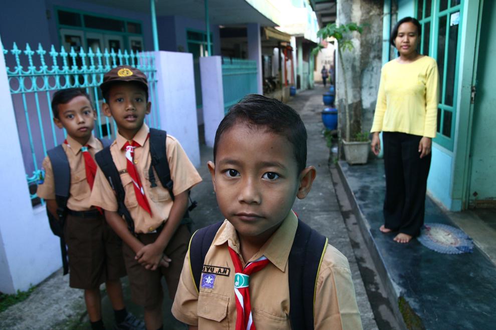Wahyu, un tânăr indonezian în vârstă de 8 ani, pleacă spre casă alături de mama sa, Ramisah, în satul Rambaan, insula Java, vineri, 31 mai 2013.