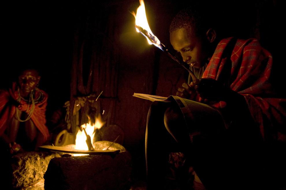Kelvin Leadismo, 12 ani, îşi face temele la lumina focului în casa tradiţională a familiei sale, alături de rudele lui, în Kisima, Kenya, marţi, 16 iulie 2013.