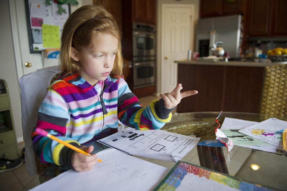 Autumn Watson îşi face temele în sufrageria ei din Centreville, Maryland, Statele Unite, marţi, 30 aprilie 2013.