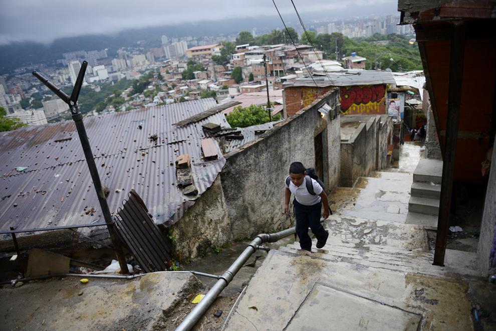Leonardo Medina, 8 ani, merge la şcoală, în Caracas, Venezuela, joi, 20 iunie 2013.