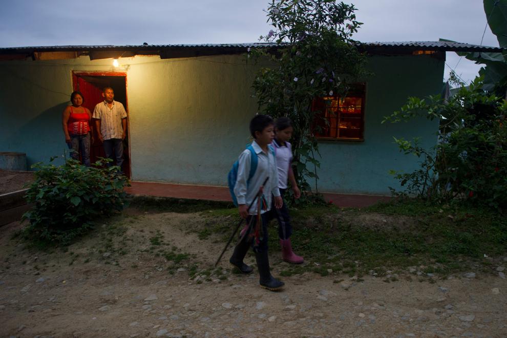 Un copil care face parte din grupul etnic Nasa, Camayo Pito (S), 12 ani, pleacă spre şcoală alături de sora lui, în satul Las Guacas, Columbia, vineri, 21 iunie 2013.