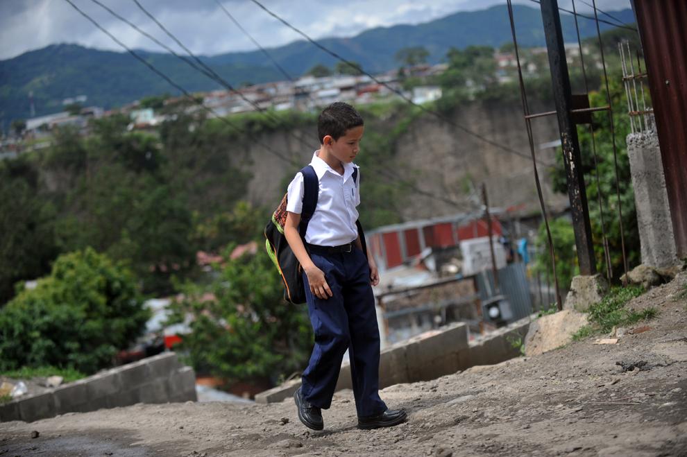 Gerald Sequeira, 8 ani, merge la şcoală, în cartierul La Carpio, în San Jose, Costa Rica, joi, 22 august 2013.