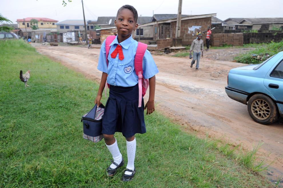 Omoze Ogwogho, 7 ani, elev al şcolii Internaţionale Creştine Christower, una dintre şcolile private ale Nigeriei, merge la şcoală în oraşul Ibafo, joi, 6 iunie 2013.