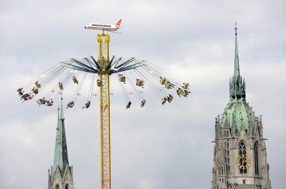 Participanţii se distrează la festivalul berii, Oktoberfest, în Munchen, Germania, sâmbătă, 21 septembrie 2013.