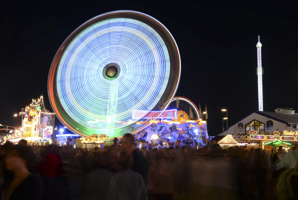 O fotografie realizată folosind un timp lung de expunere infăţişează un carusel in zona de desfăşurare a festivalului berii, Oktoberfest, în Munchen, Germania, sâmbătă, 21 septembrie 2013.