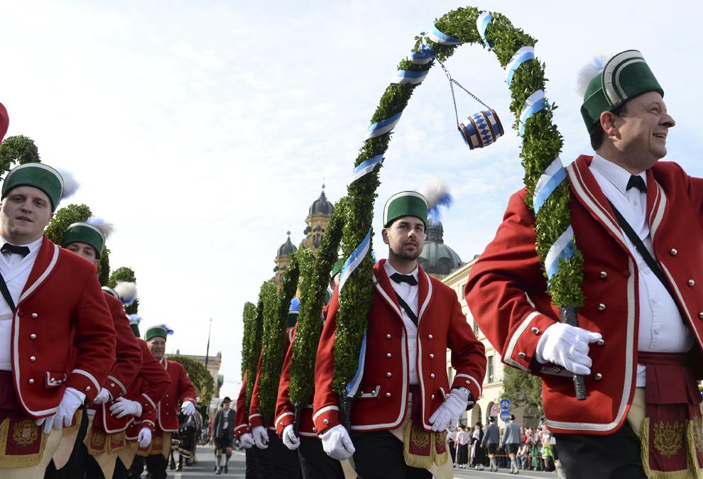 Tineri îmbrăcaţi în haine tradiţionale bavareze, sărbătoresc deschiderea festivalului berii, Oktoberfest, din acest an, în Munchen, Germania, sâmbătă, 21 septembrie 2013.