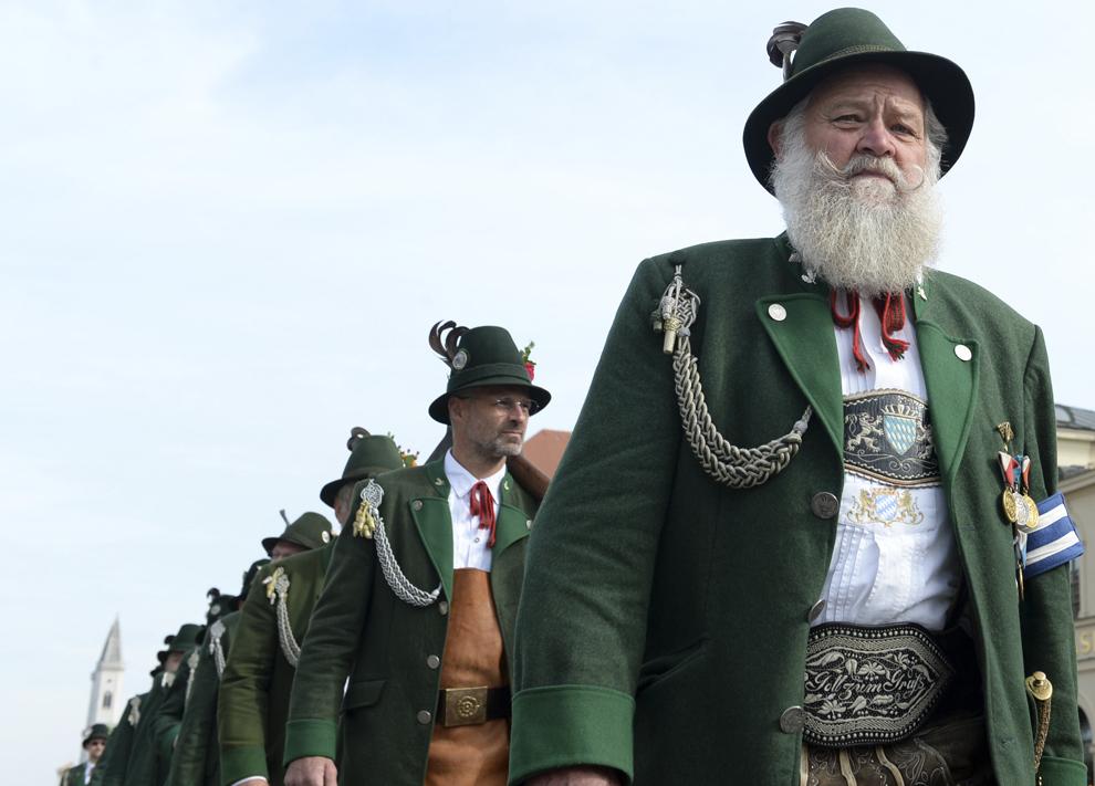 Bărbaţi îmbrăcaţi în haine tradiţionale bavareze, sărbătoresc deschiderea festivalului berii, Oktoberfest, din acest an, în Munchen, Germania, sâmbătă, 21 septembrie 2013.