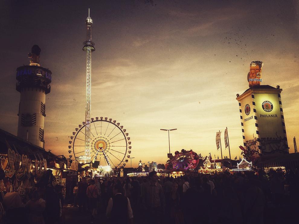 (IMAGINE CREATĂ CU AJUTORUL FILTRELOR DIGITALE) Vedere generală din timpul celei de a patra zile a festivalului berii, Oktoberfest, în Munchen, Germania, marţi, 24 septembrie 2013.