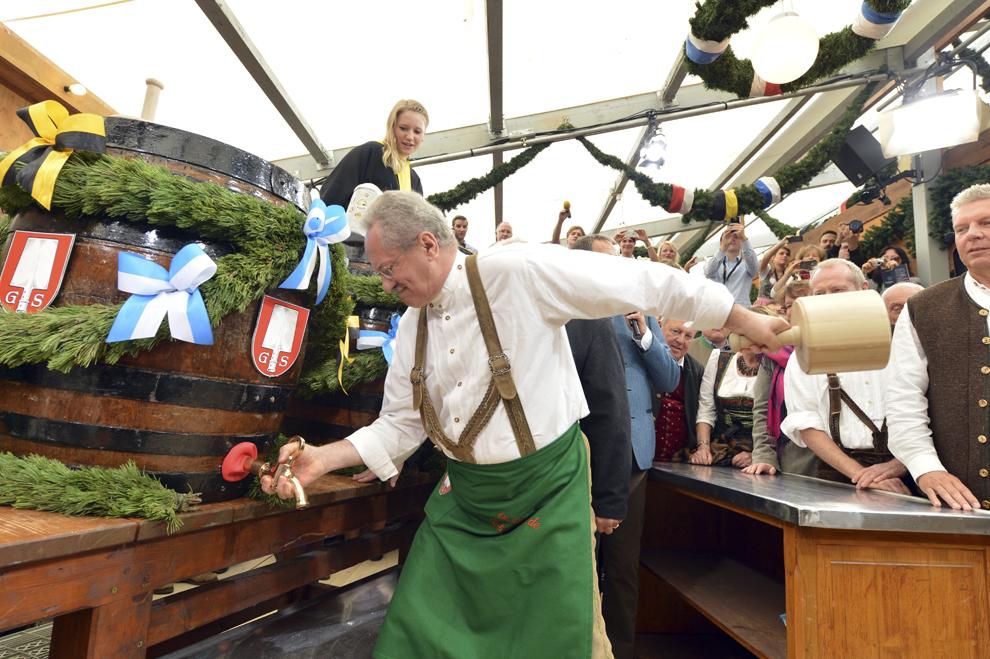 Primarul oraşului Munchen, Christian Ude, dă cep primului butoi cu bere, la deschiderea festivalului berii, Oktoberfest, din acest an, în Munchen, Germania, sâmbătă, 21 septembrie 2013.