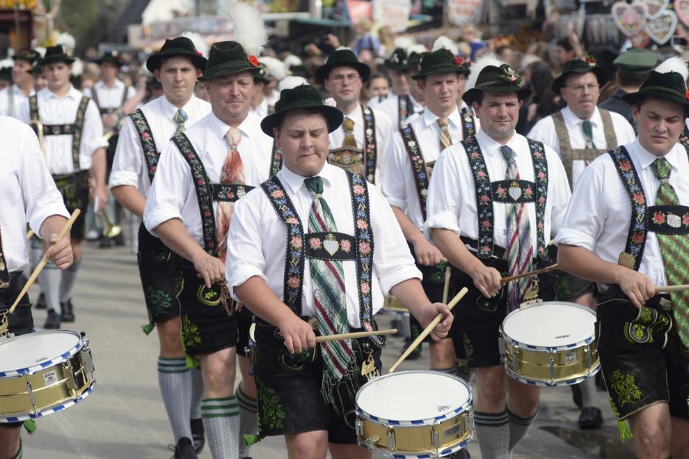 Mai mulţi toboşari cântă în timpul festivităţilor de deschidere a festivalului berii, Oktoberfest, în Munchen, Germania, sâmbătă, 21 septembrie 2013.